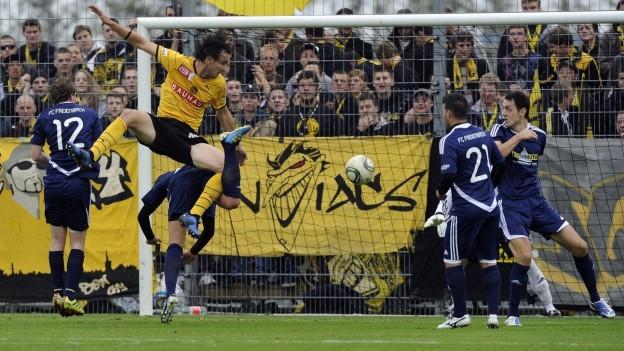 Spieler des FC Freienbach und der Young Boys im Cupspiel 2011.