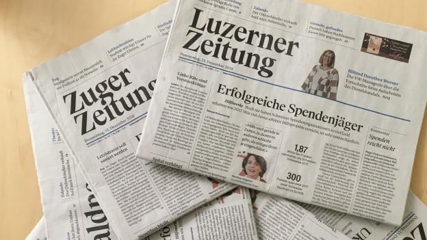 Verschiedene Zeitungen liegen auf dem Tisch