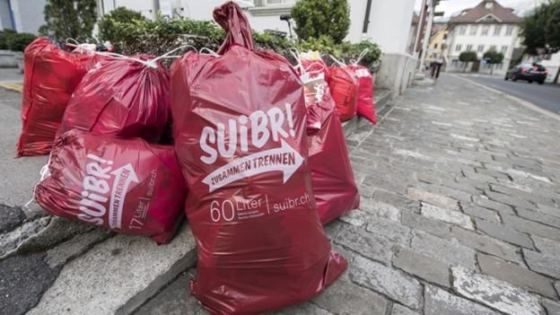 Gebührenpflichtige Abfallsäcke an einem Strassenrand in Stans
