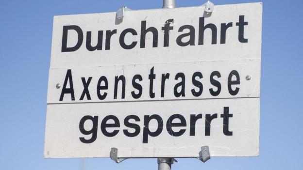 Strassenschild: Axenstrasse gesperrt
