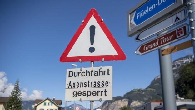 Ein Schild mit der Aufschrift Durchfahrt gesperrt.