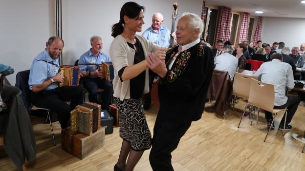 Ein Tänzchen zur Feier des Tages: Obwaldner Nationalrätin Monika Rüegger