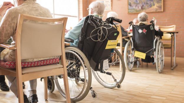 Seniorinnen und Senioren in einem Pflegeheim