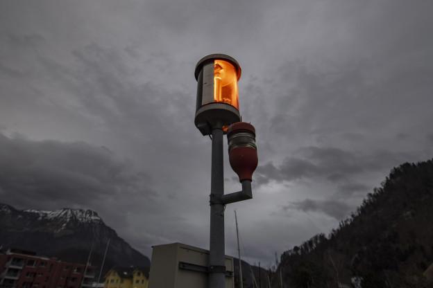 Eine Sturmwarnungn im See bei Stansstad.