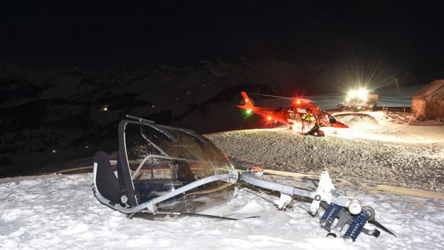 Ein Sessel eines Skilifts liegt umgekippt im Schnee.