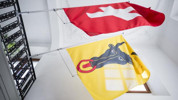 Die Urner und Schweizer Flaggen nebeneinander.