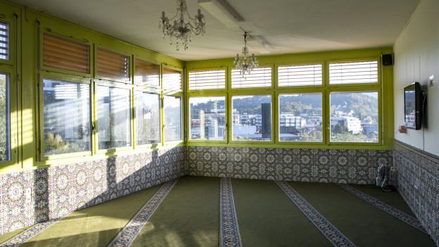 Innensicht Moschee Kriens: Grüner Teppich-grüne Wände