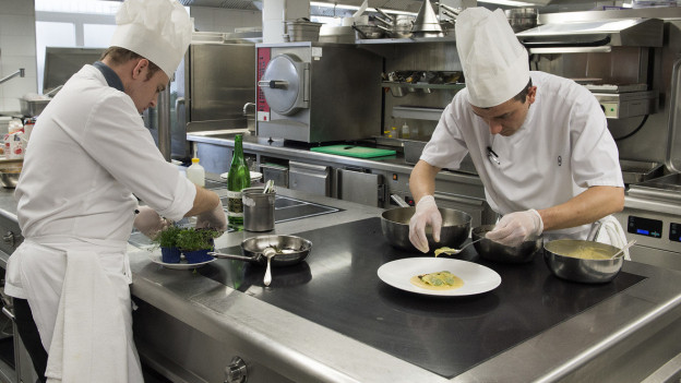 Köche in einer Hotelküche: Die Gastro- und Tourismusbranche leidet unter dem Corona-Virus.