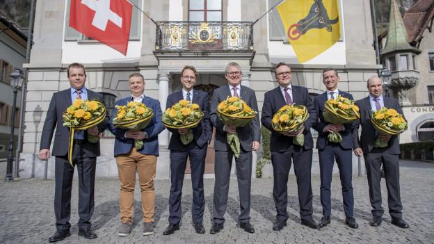 Die sieben Männer der Urner Regierung vor dem Rathaus in Altdorf