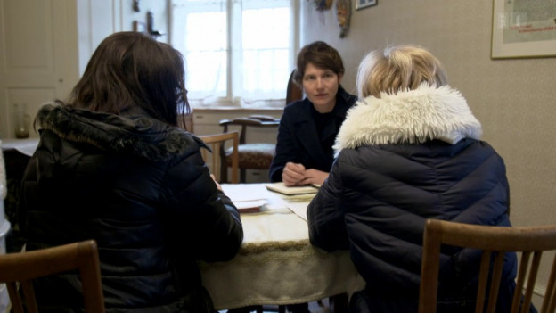 Kassensturz-Redaktorin Kathrin Winzenried bei der Recherche.