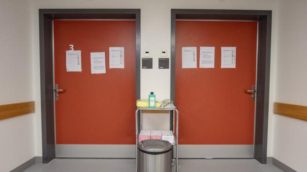 Rote Türen in einem Spital