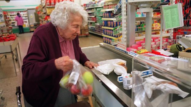 Eine Seniorin beim Einkaufen.