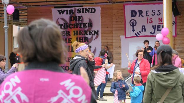 Der kleine Frauenstreik vor der Box des Luzerner Theaters.