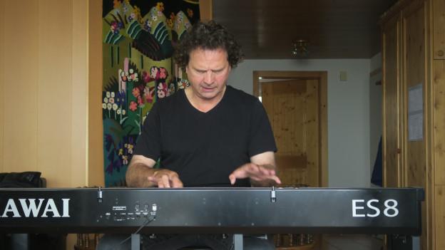 Pianist Andreas Haefliger übt auf seinem E-Piano.
