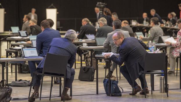 Parlamentarier des Luzerner Kantonsrats in der Session in der Messehalle auf der Luzerner Allmend.