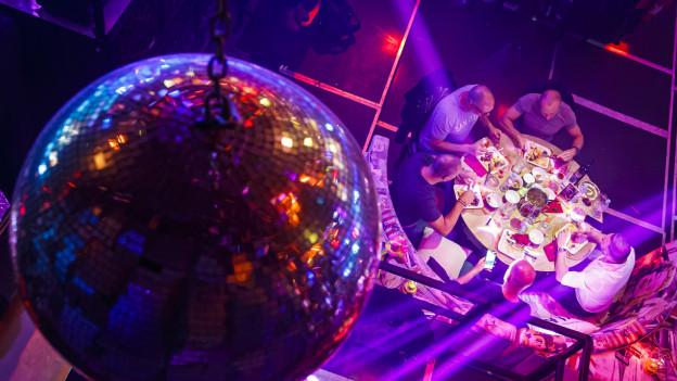 Gruppe von Gästen in Nachtclub.