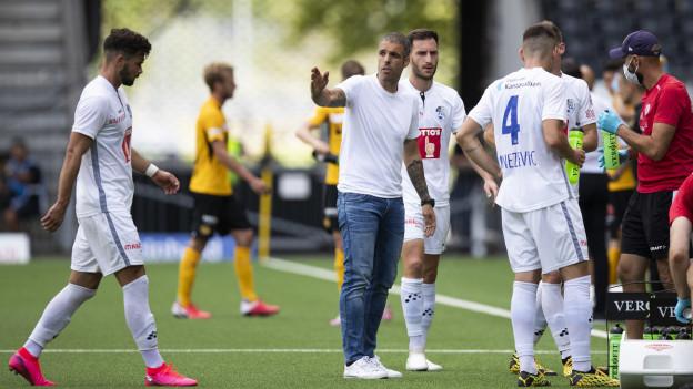 Luzerns Cheftrainer Fabio Celestini, Mitte, gibt Marco Buerki, links, Anweisungen, während einer Trinkpause.