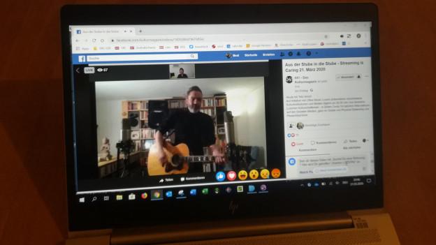 Laptop mit Musiker auf dem Bildschirm