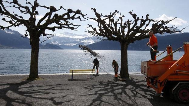 Die Sitzbänke am Luzerner Seeufer bleiben stehen, trotz Spardruck.
