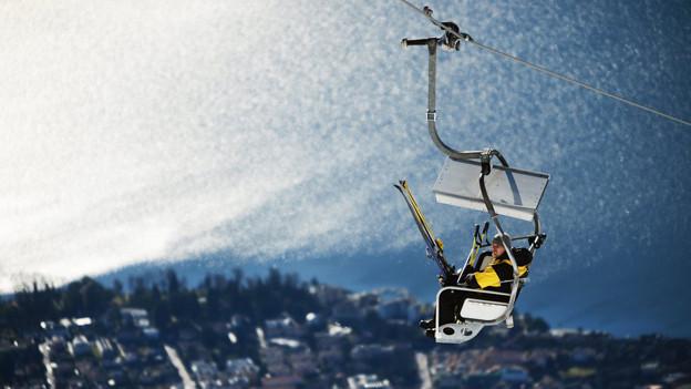 Einsamer Skitourist im Skigebiet Cardada-Cimetta im Tessin.