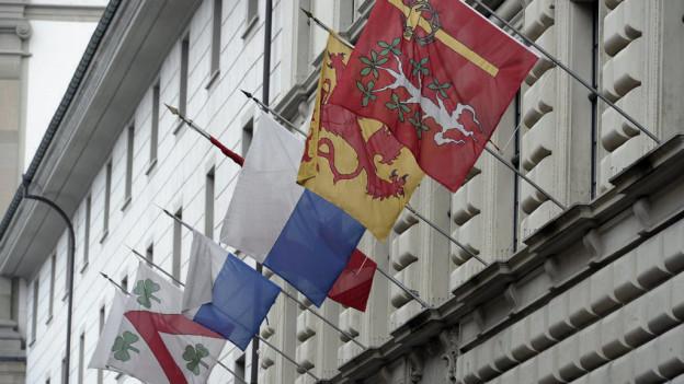 Fahnen am Luzerner Regierungsgebäude: Höhere Steuern drohen