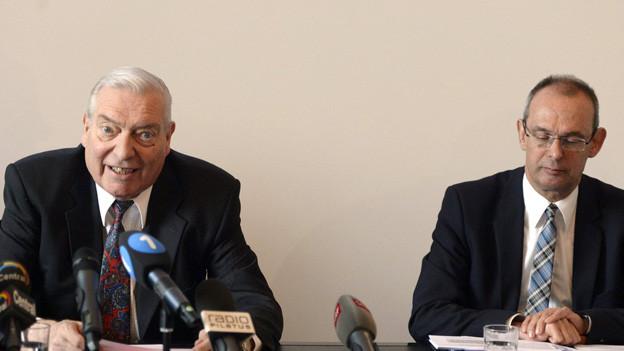 Jürg Sollberger (externer Experte) und Beat Hensler (Kommandant der Luzerner Kantonspolizei) an der Medienkonferenz in Luzern