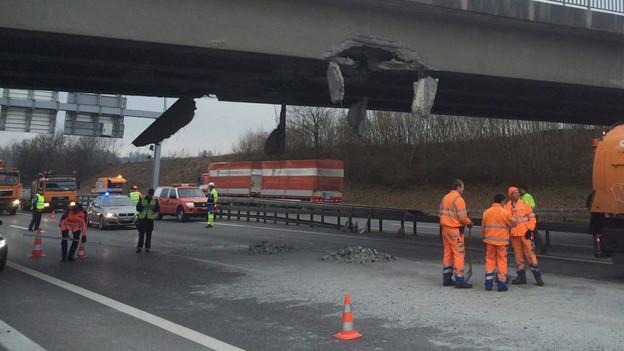 Die Autobahn musste nach dem Unfall stundenlang gesperrt werden