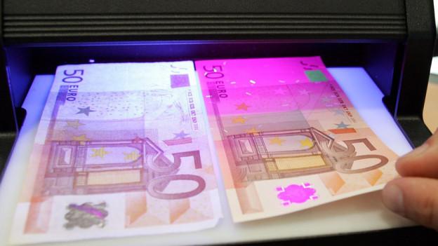 Falsche Euros (links) oder echte Euros: in Basel wurden zahlreiche falsche Euro-Noten beschlagnahmt.