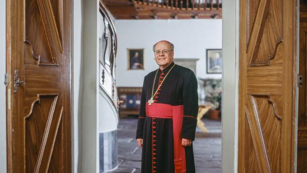 Bischof Huonder: ihn lässt die Kritik kalt.