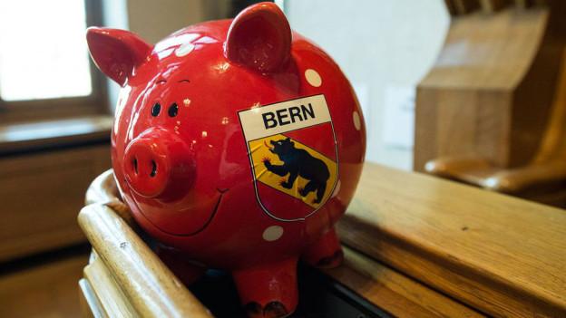 Ein Sparschwein mit dem Berner Wappen steht im Ratssaal