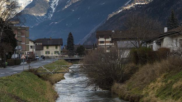 Blick auf einen Kanal durch Visp.