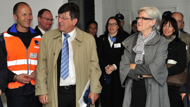 Schuldirektor Christoph Tanner (2.v.l.) verlässt die Interkantonale Polizeischule in Hitzkirch/LU (auf dem Bild mit der Luzerner Polizeidirektorin Yvonne Schärli).