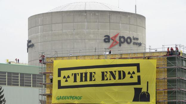 Greenpeace-Aktivisten mit ihrem Transparent beim AKW Beznau.