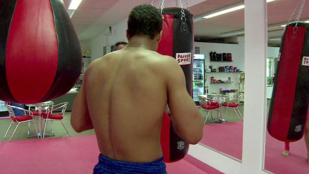 Sonderbares Sondersetting: Carlos soll in Holland Thaibox-Training erhalten.