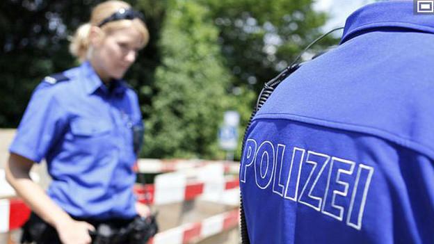 Zwei uniformierte Angehörige der Polizei.