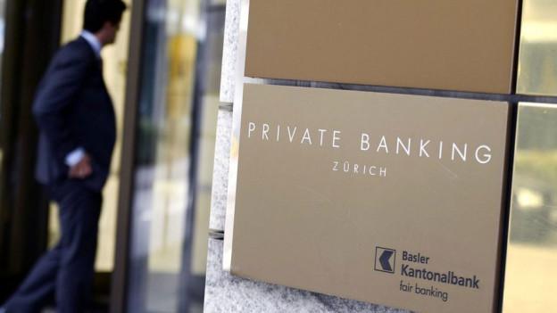 Das Eingangsschild der Basler Kantonalbank in Zürich