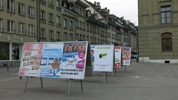 Wahlplakate auf einem öffentlichen Platz.