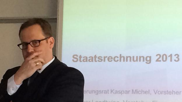 Der Schwyzer Finanzdirektor, Kaspar Michel, hat ein Problem: das Defizit 2013 beläuft sich auf mehr als 140 Millionen Franken.