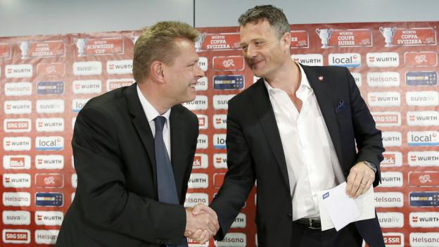 Berns Sicherheitsdirektor Reto Nause und Alex Miescher vom Schweizerischen Fussballverband einigen sich in Sachen Cupfinal.