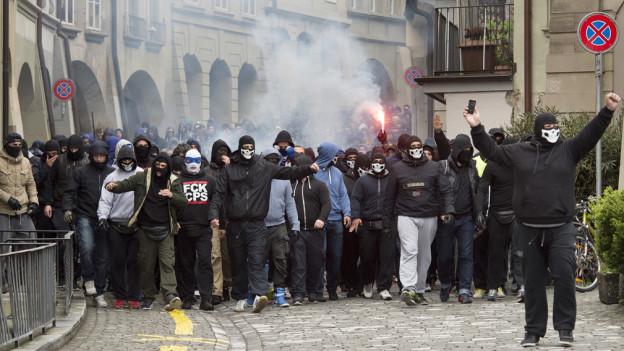 Zürcher Fussball-Fans am Fanmarsch durch die Berner Innenstadt anlässlich des Fussball-Cups vom Ostermontag.