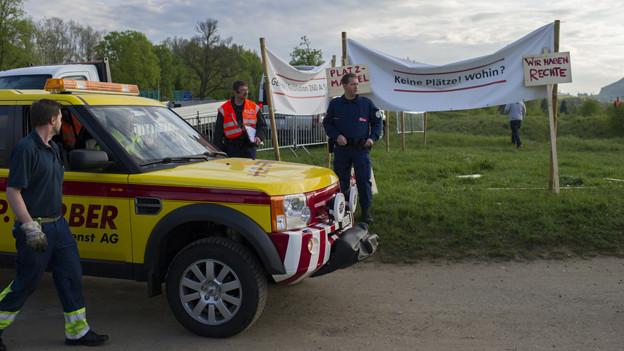 Die Polizei betritt mit dem Abschleppdienst zur Räumung die durch Fahrende besetzte kleine Allmend in Bern