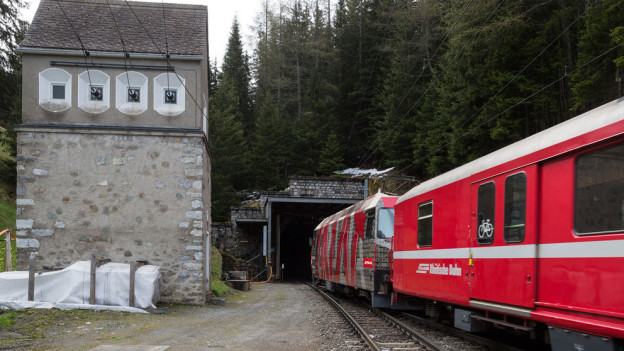 Eine Komposition der Rhätischen Bahn fährt bei Preda in den Albulatunnel.