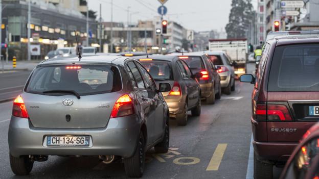 Täglich fahren tausende französische Grenzgänger mit dem eigenen Auto nach Genf - ein Problem für den Verkehrsfluss.