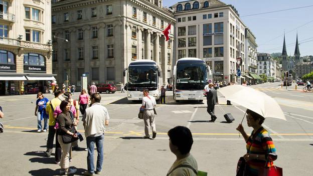 Am Schwanenplatz sorgen Reisecars für volle Kassen und Ärger bei Passanten.
