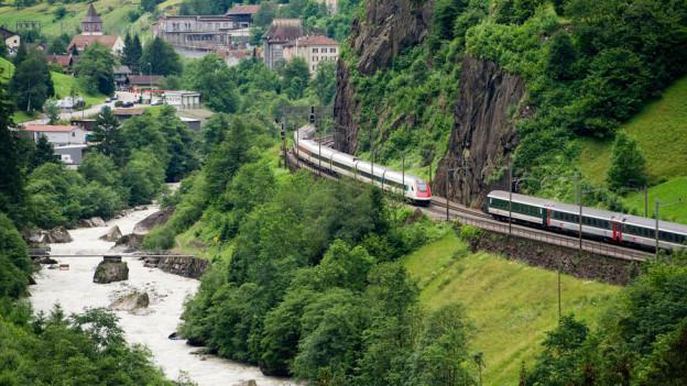 Zwei Züge kreuzen sich auf der Gotthard-Bergstrecke