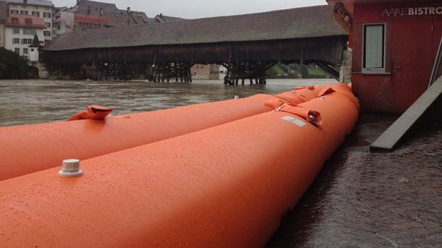 Die Hochwassersperren in Olten müssen bewacht werden