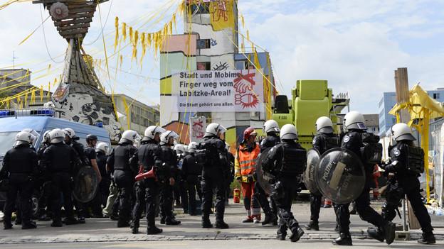 Die Polizei ist mit einem Grossaufgebot auf dem Labitzke-Areal.