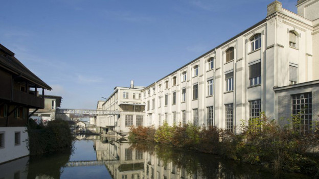 Die Gebäude der Cham Paper Group an der Lorze in Cham.