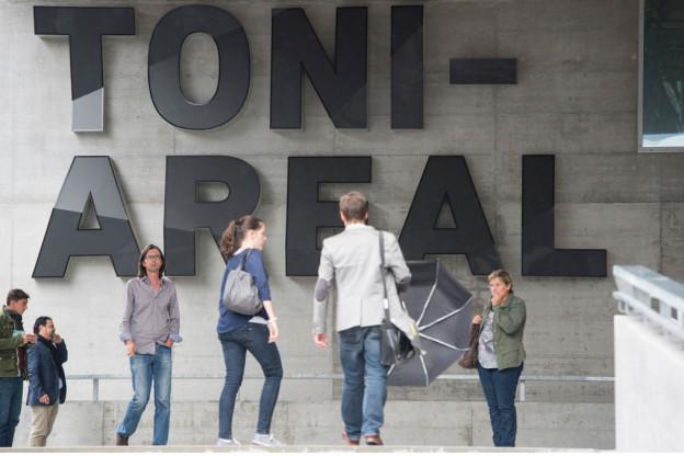 Der Haupteingang der Hochschule der Künste mit der Aufschrift «Toni Areal»