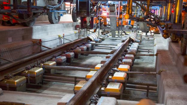 Die drei letzten, goldenen Eisenbahnschwellen im Gotthard-Basistunnel sind festgemacht worden.